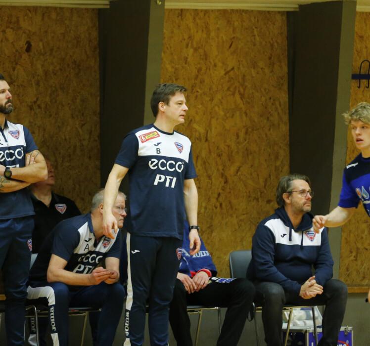 Holdet bag holdet og ny assistenttræner